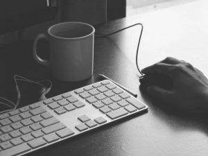 taza y teclado en blanco y negro